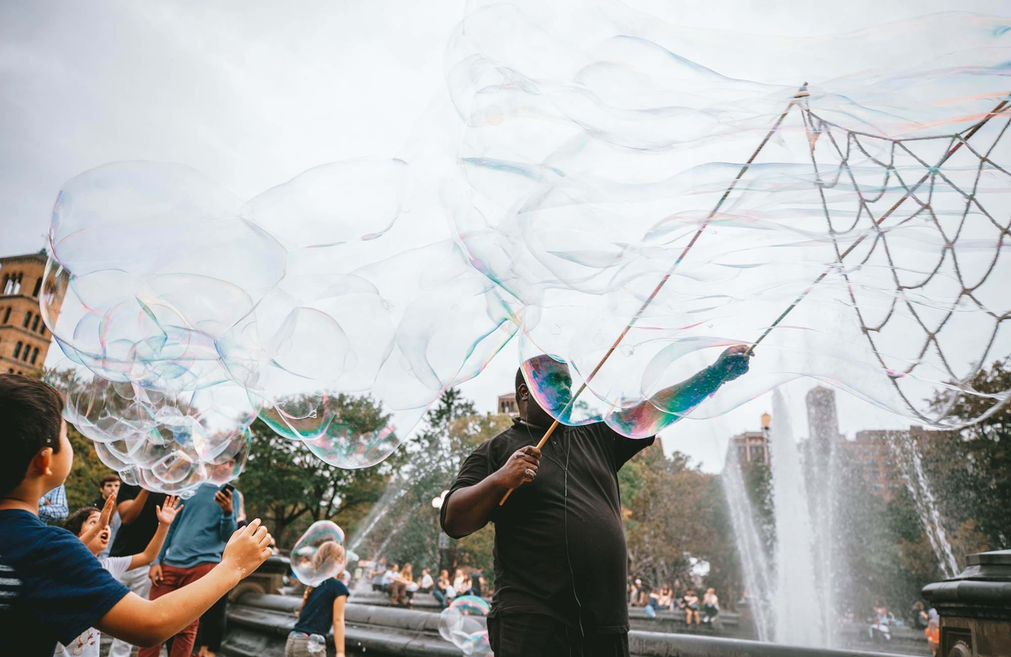 usa-new-york-manhattan-soap-bubbles-street-performer