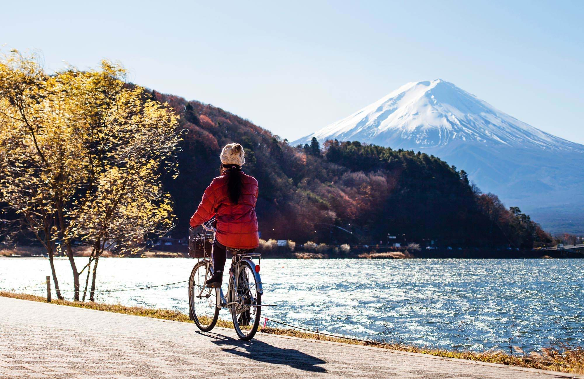 japan-cyclist-mount-fuji-background