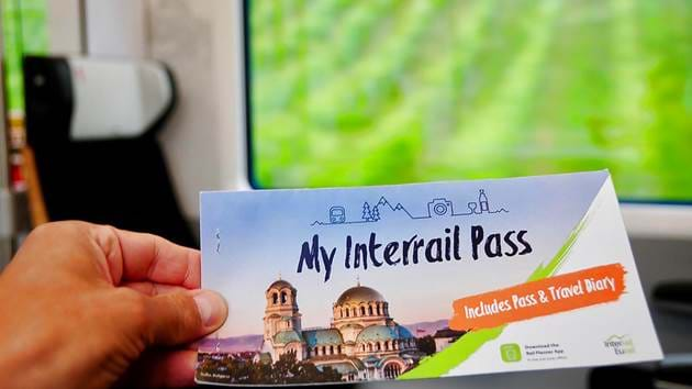 passenger_showing_2020_interrail_pass_cover_on_train-original_1_1280x720_for_navi_web