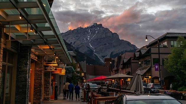 banff-ave-cascade-mountain-dusk-andy-holmes-dlp-gsivrq4-unsplash_1280x720_for_navi_web